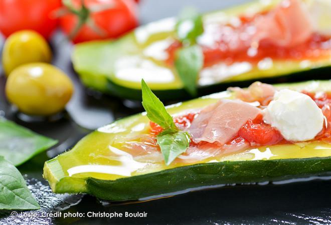 Courgettes farcies aux tomates, jambon sec loste